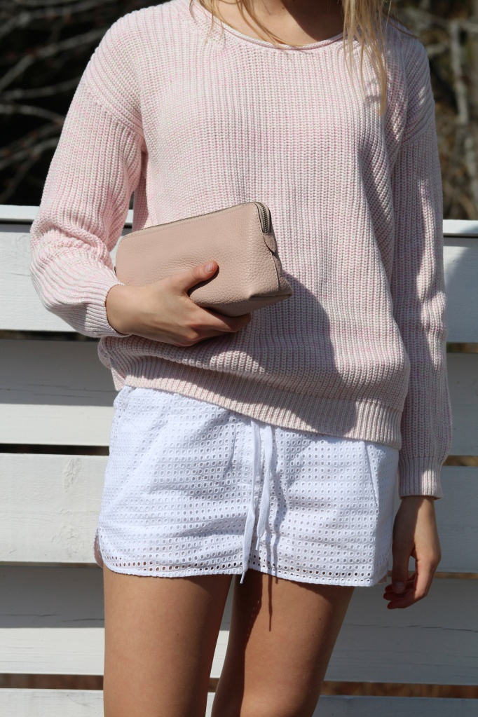 Designers remix 'Elles artwork', og 'pure white shorts'. Clutch/make-up purse fra Decadent.